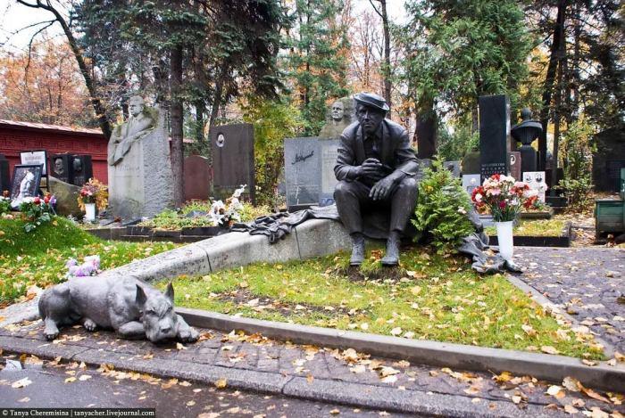 Памятник Юрию Никулину на могиле на Новодевичьем кладбище.