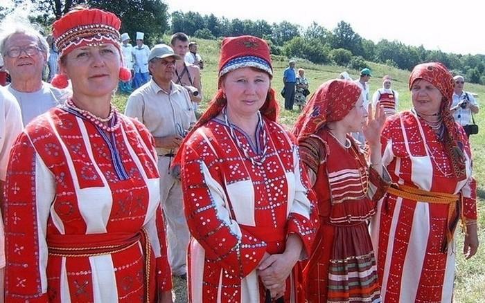 Женщины в национальной одежде на финно-угорском конгрессе.