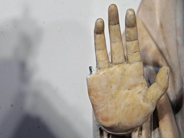 Сломанный палец и другие случае невольного вандализма в музеея