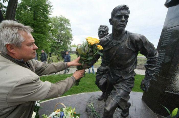 Цветы к памятнику футболистам блокадного Ленинграда.