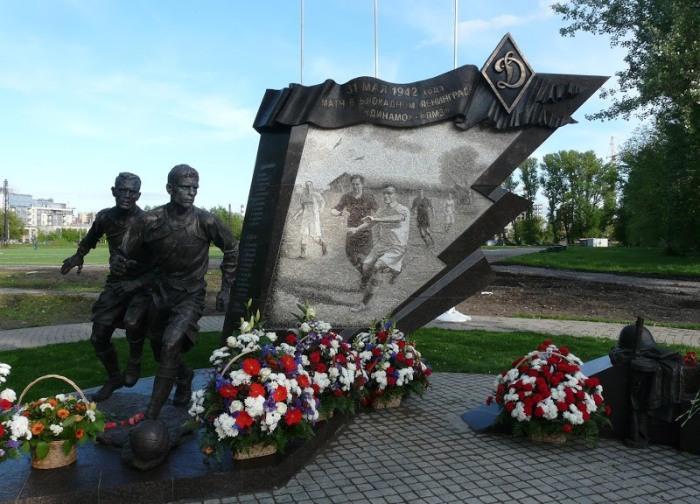 Памятник футболистам блокадного Ленинграда. Скульптор - Салават Щербаков.