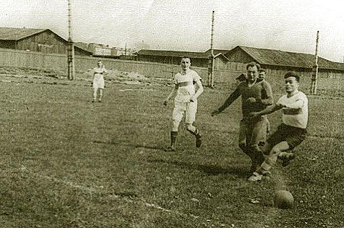 Во время блокадного матча 1942 года.