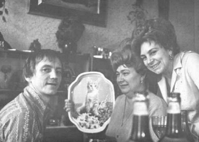 Марис Лиепа в компании Брежневой и её подруги. / Фото: app.yuterra.life