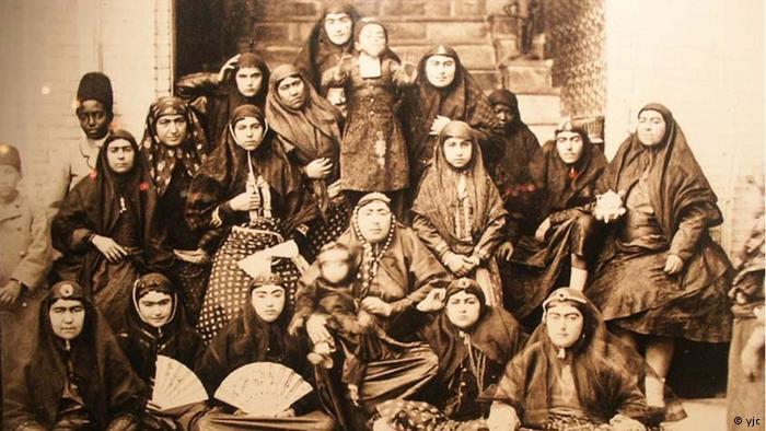 У шаха было очень много женщин. И он очень любил фотографировать.