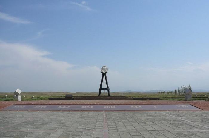 Монумент «Географический центр Азии» в Юнгфэне