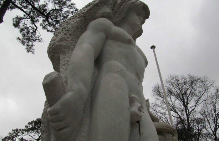 Трехметровый Геракл из французского городка Аркашон.