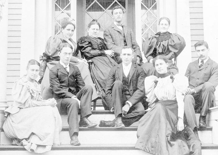 Гертруда Стайн в Редклиффе с группой гарвардских студентов. / Фото: wordpress.com