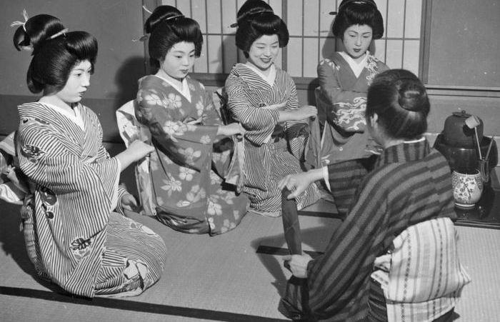 Молодые гейши на занятии. (1950-е годы.)