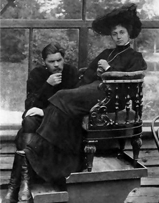 Горький и Андреева позируют художнику И. Е. Репину. / Фото: m.kino-teatr.ru