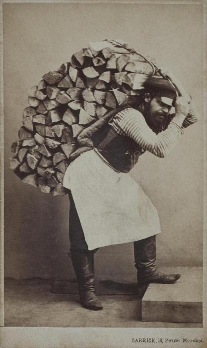 Дворник с дровами.