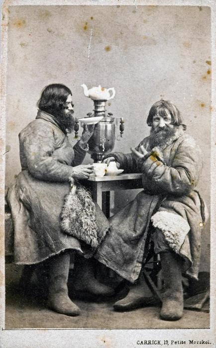 Извозчики пьют чай.