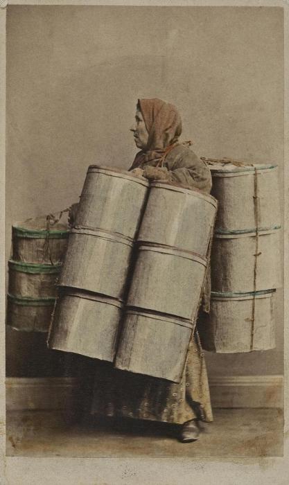 Торговка с баулами.