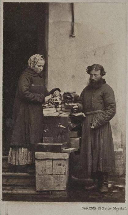 Парень с озорными глазами продаёт на улице товары для рукоделия.