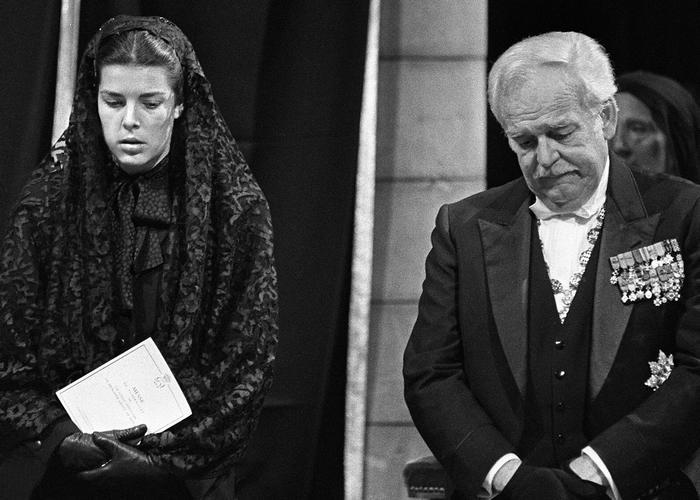 Князь с дочерью на похоронах супруги. / Фото: independent.co.uk