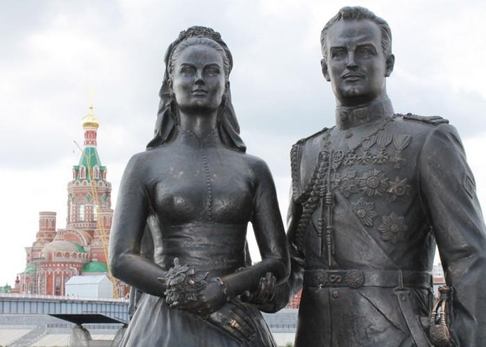 Памятник Грейс Келли и князю Монако Ренье III в Йошкар-Оле./фото: tourister.ru