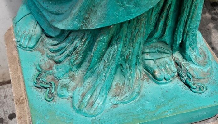 Цепь у подножия статуи Свободы.