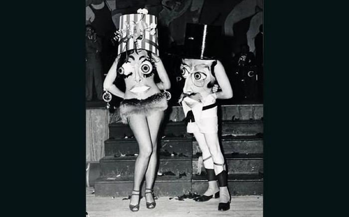 Дамы в страшных костюмах.