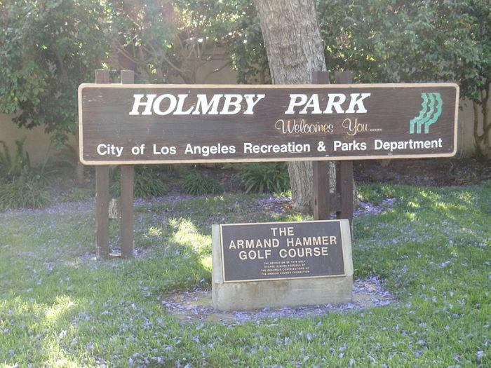 Памятный знак Арманда Хаммера на поле для гольфа в парке Холмби в Холмби-Хиллз, Лос-Анджелес.