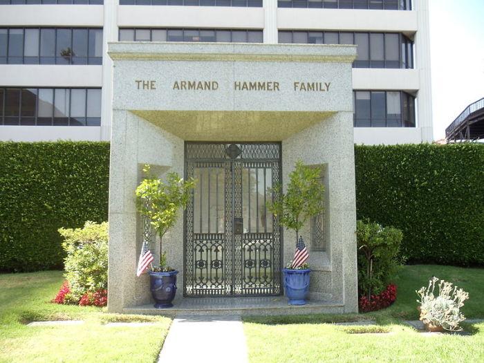 Фамильный склеп семьи Хаммер в мемориальном парке Вествуд, Вествуд, Лос-Анджелес, Калифорния.