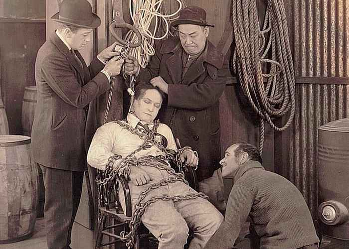 Трюк Гарри Гудини «Побег из камеры пыток под водой»./ Фото: kinozon.tv