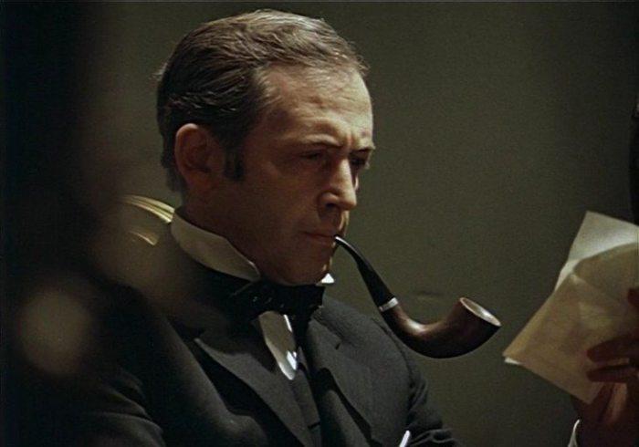 Шерлок Холмс в исполнении Василия Ливанова интеллигентен, курит знаменитую трубку и играет на скрипке.