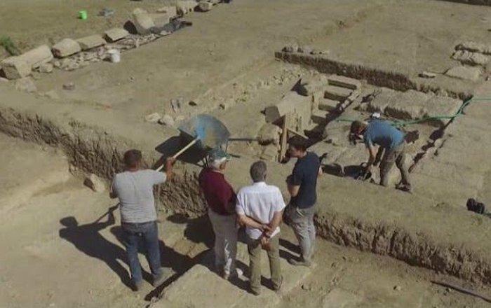На раскопках в Греции.