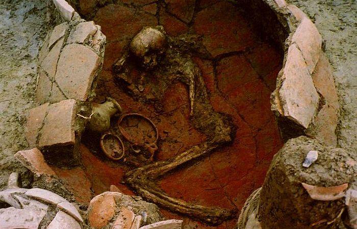 Младенцев, погребенные в сосудах.