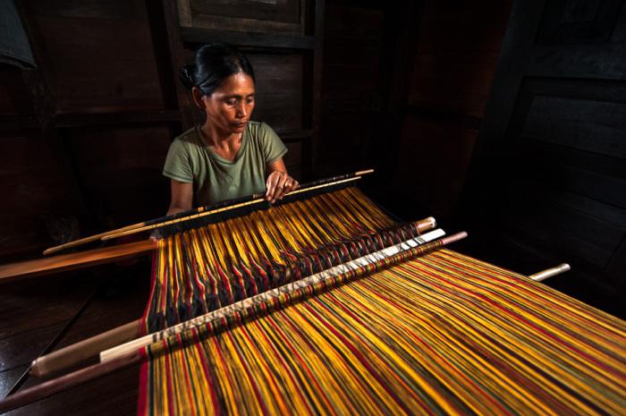 Женщина за традиционным ткацким станком.