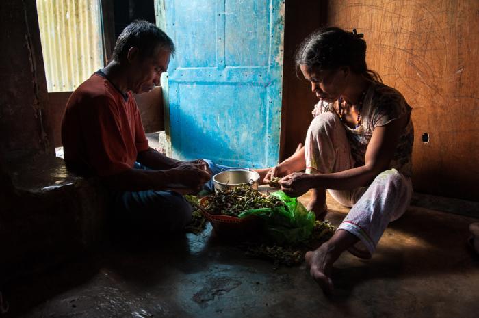 Супружеская пара калинги готовится пообедать фасолью.