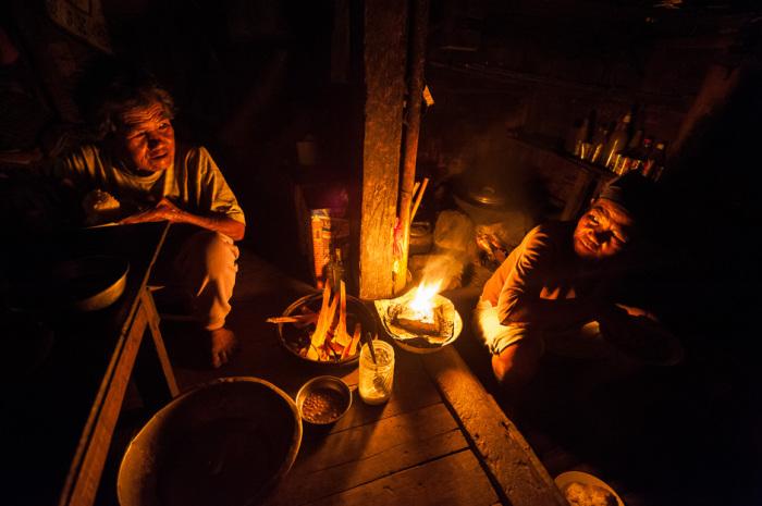 Ночью для освещения используется сосновая смола, а не керосиновые лампы.
