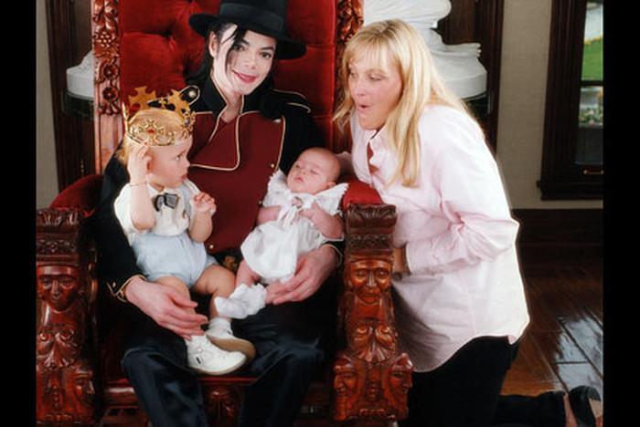 Майкл Джексон со своей женой Дебби Роу и двумя их совместными детьми – Пэрис и Принсом.