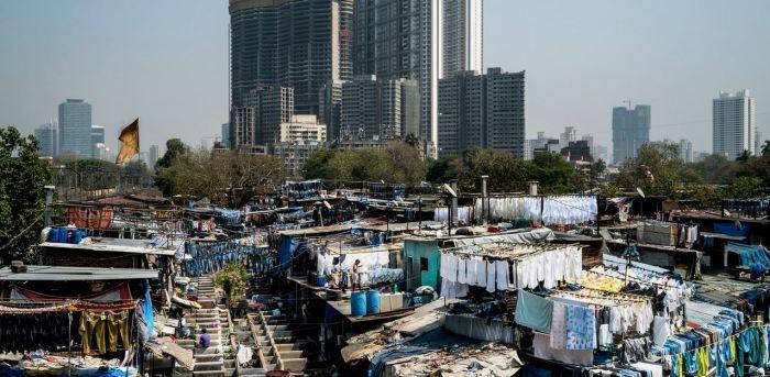 Трущёбы на фоне небоскрёбов в Мумбаи.