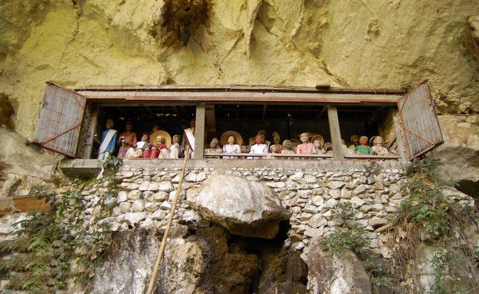 Деревянные фигуры размещаются в специальной нише в скале.