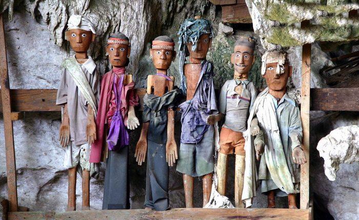 Деревянные скульптуры, в которых должны вселиться души умерших.