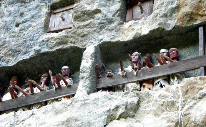 Деревянные куклы тау-тау.