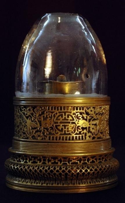 Латунная ажурная опиумная лампа, украшенная изображениями цветов и птиц.
