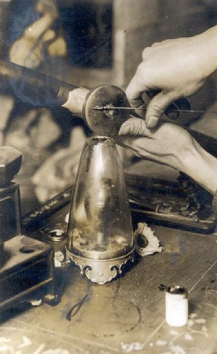 Процесс приготовления таблетки для опиумной трубки. 1920 год.