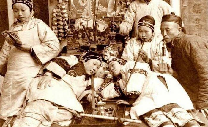Курильщицы опиума. Открытка 1900 года.