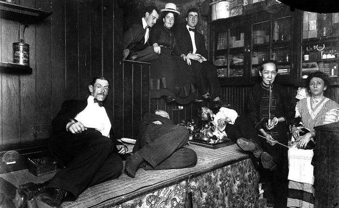 Американцы, курящие опиум в китайском наркопритоне. Нью-Йорк 1925 год.