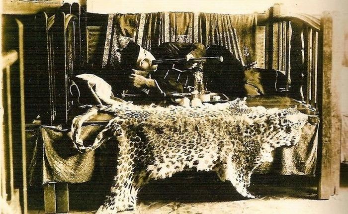 Курильщик опиума на шкуре гепарда.