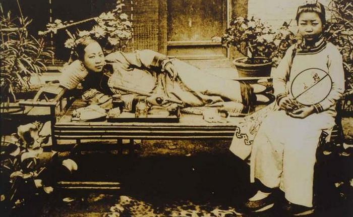 Китаянка курящая опиум. 1900 год.