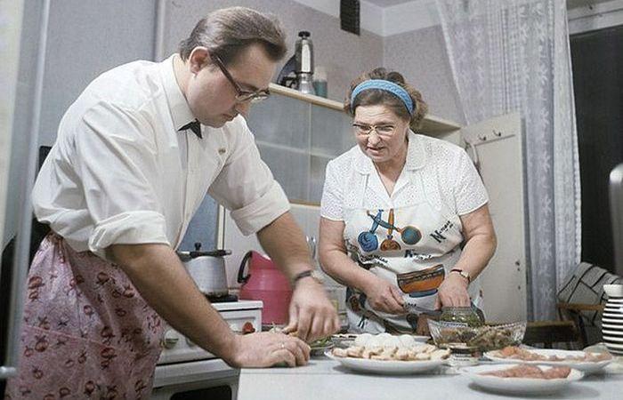 Уж если нарезать салаты, то всей семьёй.