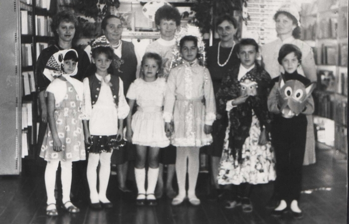 Дети и учителя после новогодней постановки.