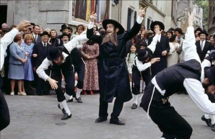 Зажигательный еврейский танец в исполнении великого комика Луи де Фюнеса.