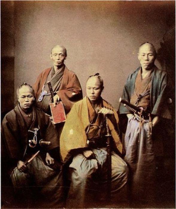 Самураи символически демонстрируют превосходство японских традиций над западными знаниями.