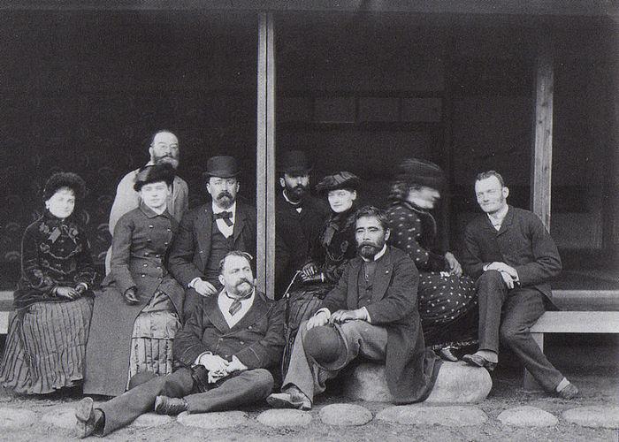 Феликс Беато (сидит впереди) с друзьями-иностранцами. 1882 год.