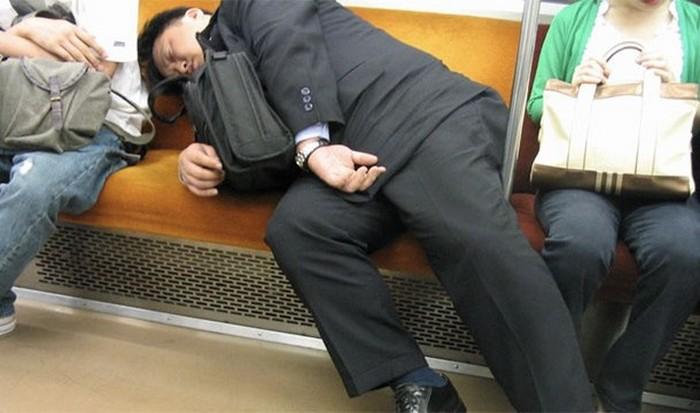 Сон на рабочем месте считается приемлемым.
