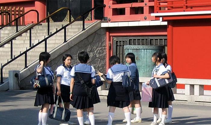 Ученики и преподаватели убирают территорию школы вместе.