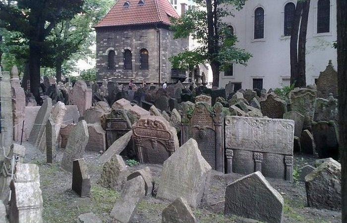 Надгробья на Старом еврейском кладбище в Праге.