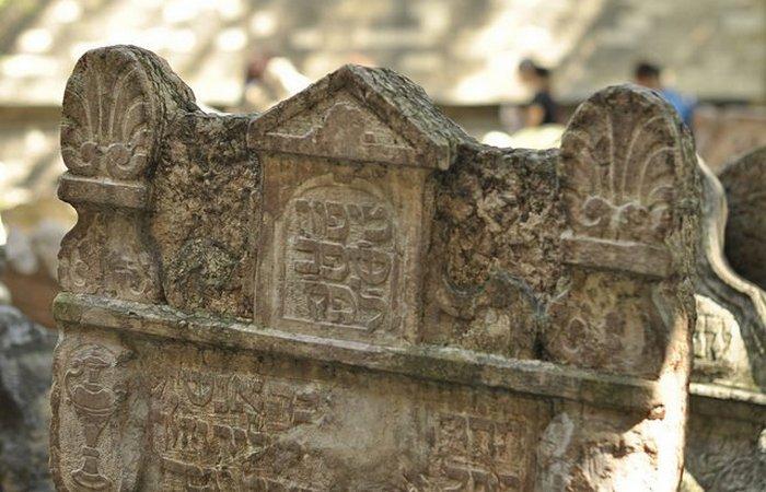 Надгробия прямоугольной формы с различными верхушками.